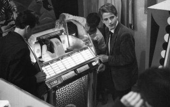 Jugendliche an Jukebox / Foto 50er - Youngsters at Jukebox / Photo / 1950s - Jeunes gens à un jukebox / Photo v. 1950