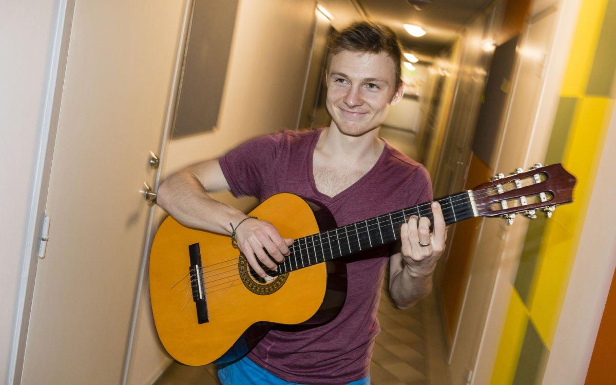 Glad som en speleman. Uku Lilleväli plockar fram gitarren.