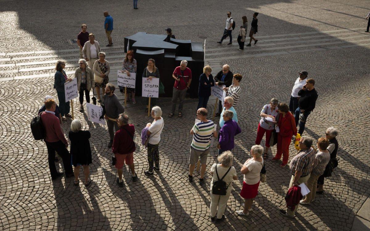 Ett femtiotal personer hade hörsammat Hyresgästföreningens uppmaning att protestera vid kommunfullmäktigemötet.
