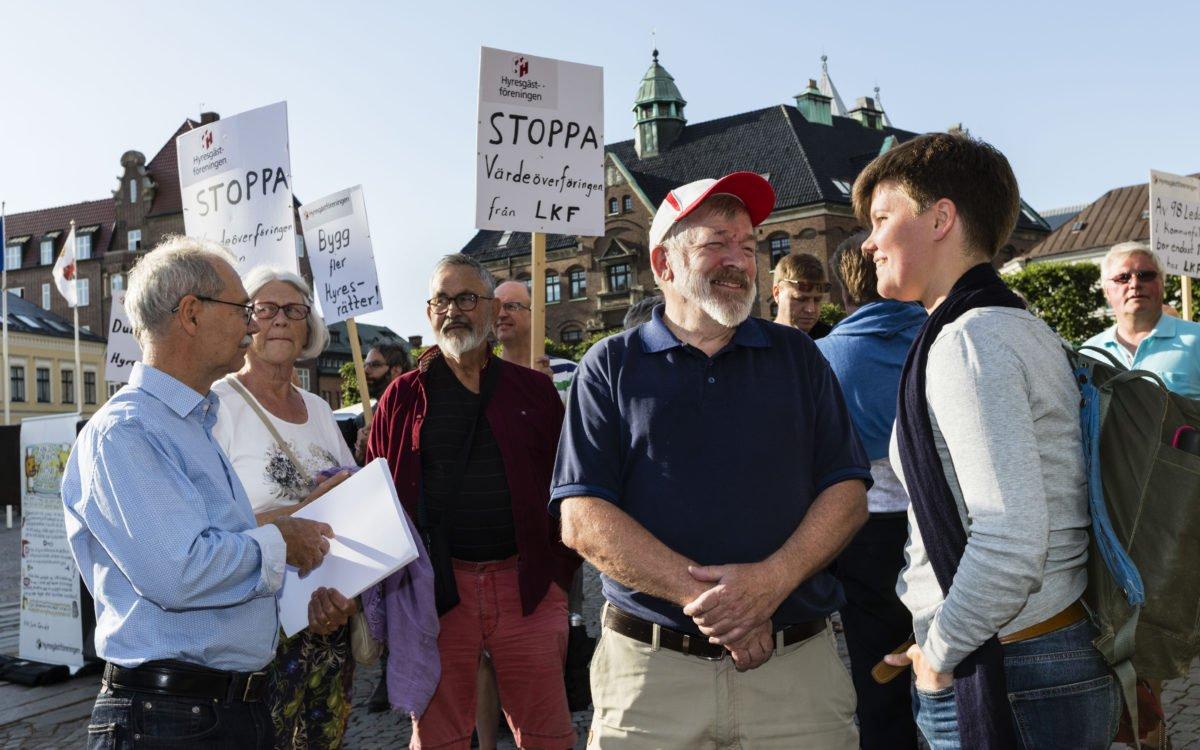 Manifestation mot vinstuttag från LKF. Bengt Karlsson, ordförande i Hyresgästföreningen i Lund, samtalar med Hanna Gunnarsson (V). Längst till vänster står Mats Olsson (V).