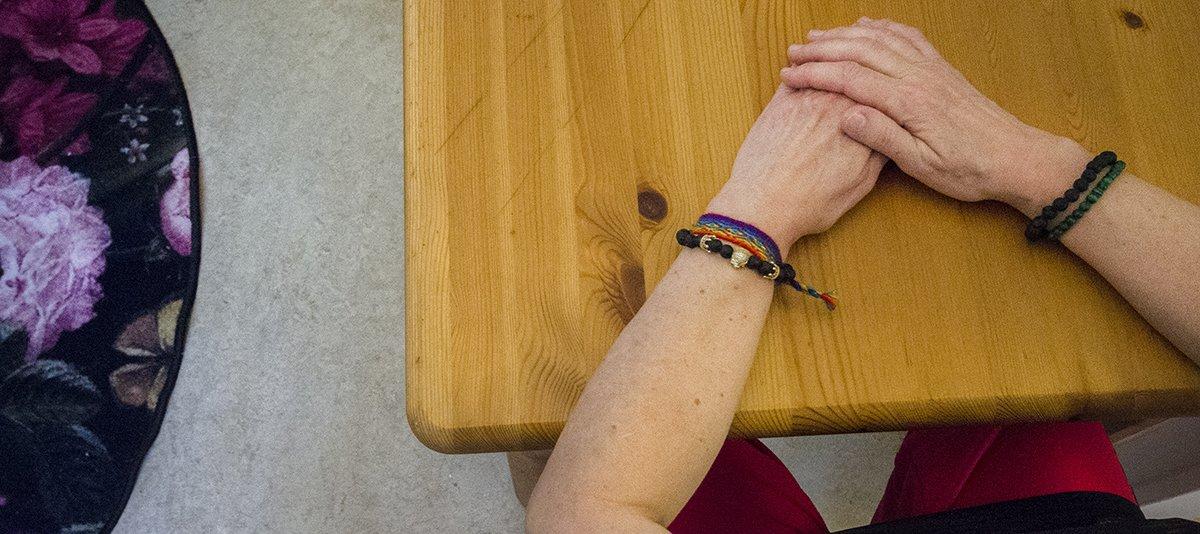 Anonym bild på Nadias händer vid köksbordet.