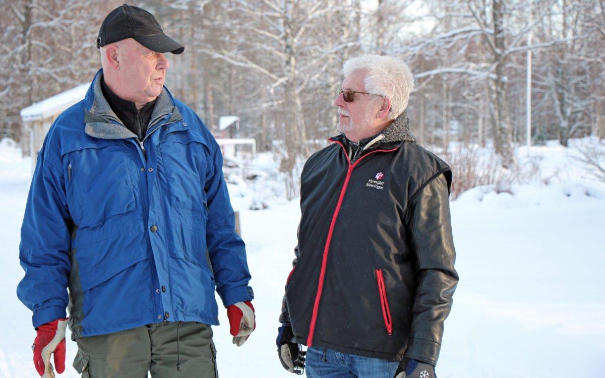 Bror-Åke Johansson och Bo Fremén från Hyresgästföreningen har engagerat sig mycket i situationen i Blötberget. På bilden står de ute i området och diskuterar