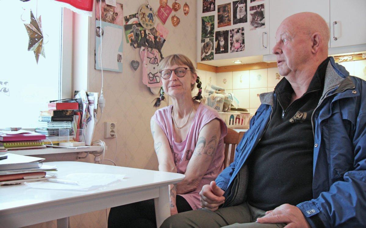Lena Isaksson och Bror-Åke Johansson är trötta på att en hyresvärd som inte svarar i telefon och som inte bryr sig.