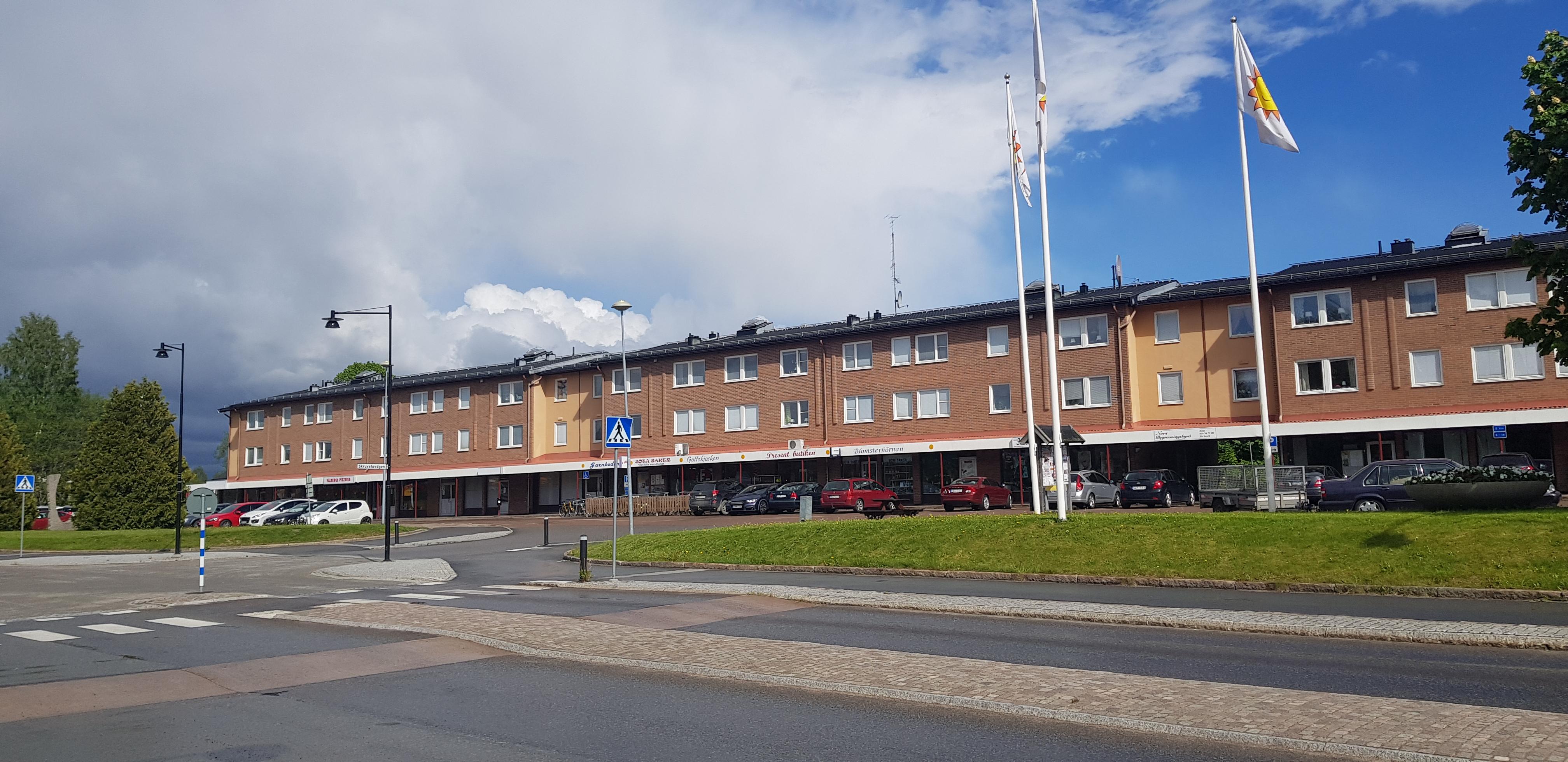Bilden, som är tagen från andra sidan vägen, visar hyreshuset på Norsplan i Vålberg.
