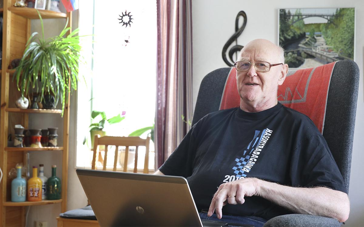 Göran Stranner i en fåtöljmed datorn framför sig.