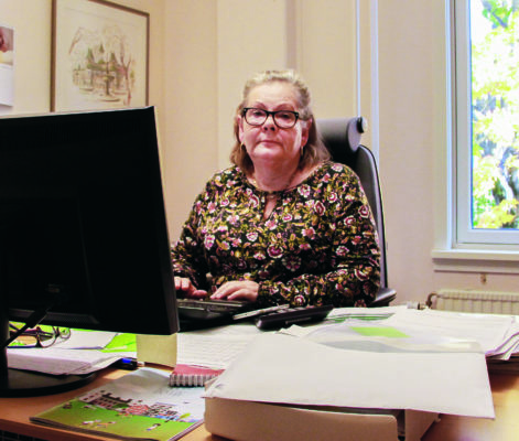 Lena Jansson Nordin. förhandlare på Hyresgästföreningen, sitter vid skrivbordet på sitt kontor.