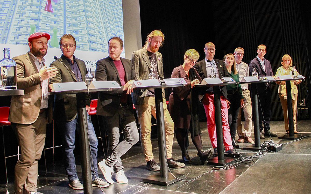 Representanter för alla partier i kommunfullmäktige deltog i debatten (utom för det precis nystartade Utvecklingspartiet Demokraterna som tidigare politiska vilden Stefan Hanna är en av initiativtagarna till). Från vänster: Mohamad Hassan (L), David Perez (SD), Tobias Smedberg (V), Emil Karlsson (Fi), Marie Linder (förbundsordförande för Hyresgästföreningen), Jonas Segersam (KD), Freija Carlstén (C), Paul Eskilsson (MP), Erik Pelling (S) och Cecilia Forss (M).
