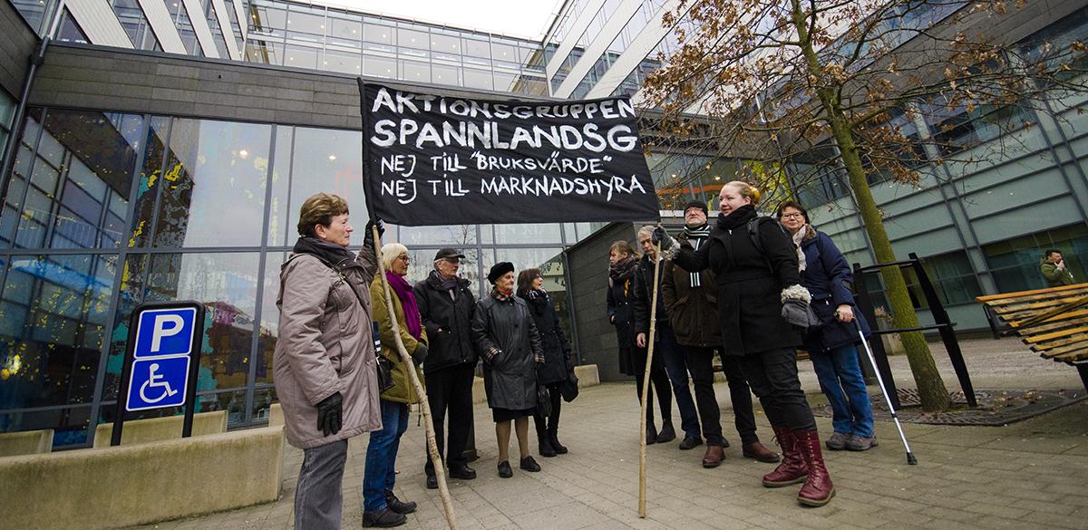 Hyresgäster med plakat utanför Hyres- och arrendenämnden i Göteborg.