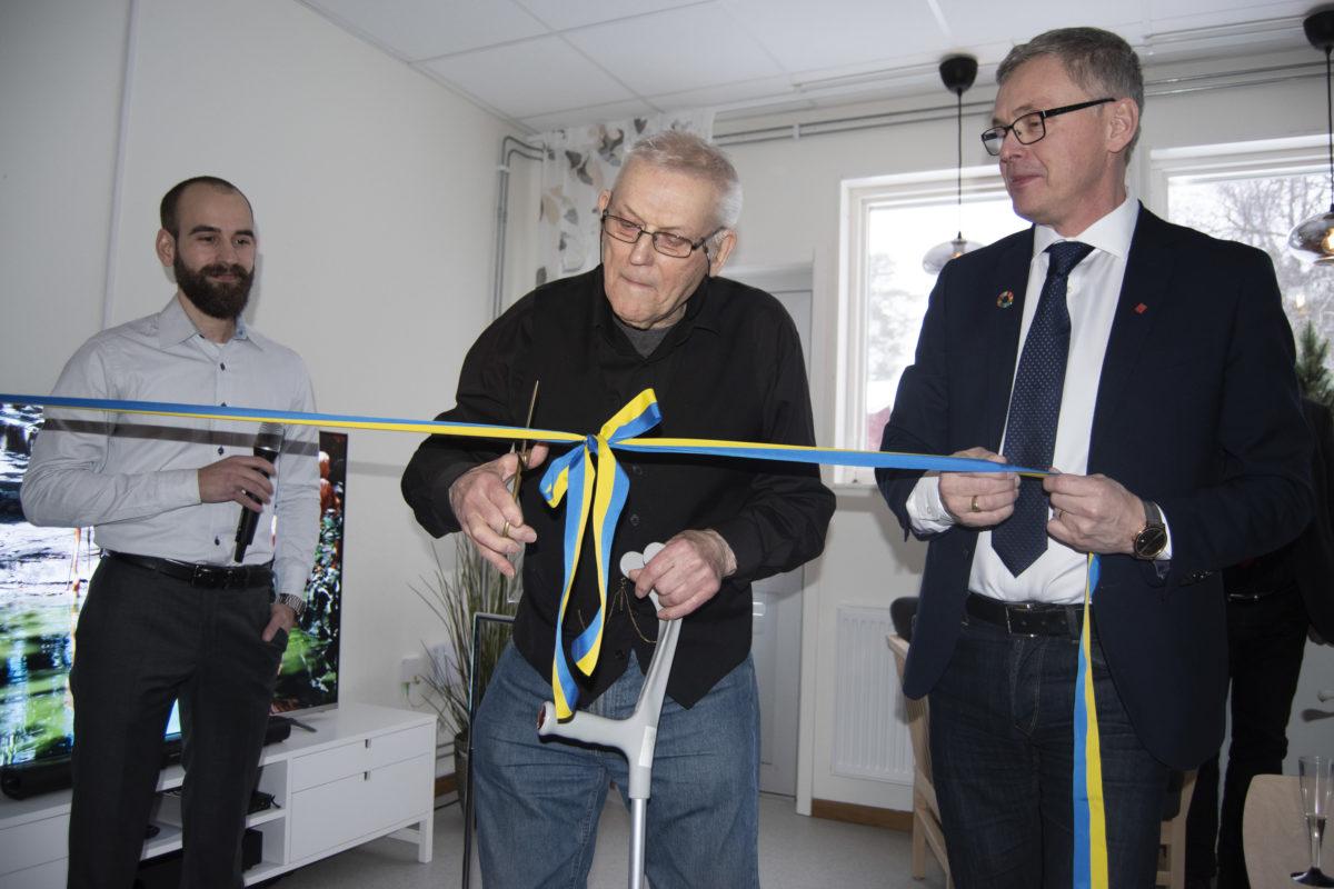 Allan Fogman klipper bandet vid invigningen av det nya seniorboendet i Kalix som kunnat skapas tack vare Statens bostadsomvandling.
