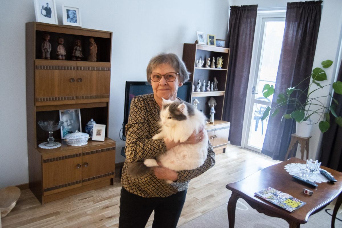 Åsa Johansson flyttade in i seniorboendet tillsammans med sin katt Sigge för ett par veckor sedan.