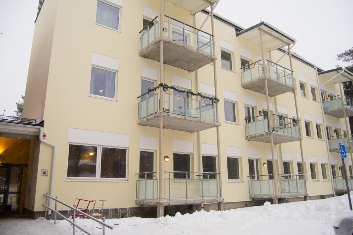 Den gamla skolbyggnaden från 1960-talet inrymmer idag 15 lägenheter.