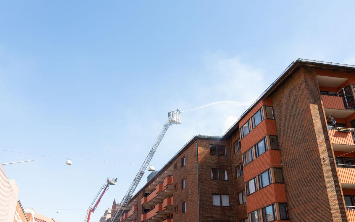 Räddningstjänster från flera orter deltog i bekämpandet av den omfattande branden på Smedjegatan i Malmö.