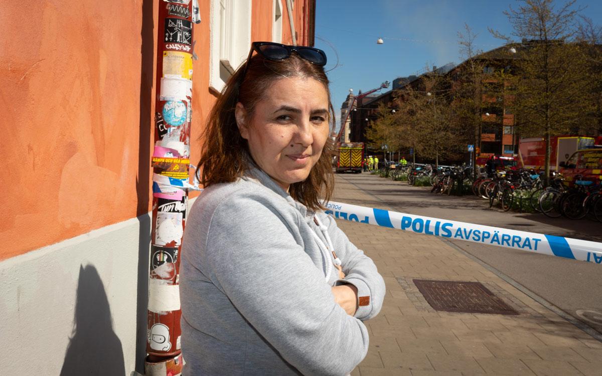Hyresgästen Afsaneh Gholami vet inte när hon kan återvända till sin lägenhet på Smedjegatan - eller hur den påverkats av branden.