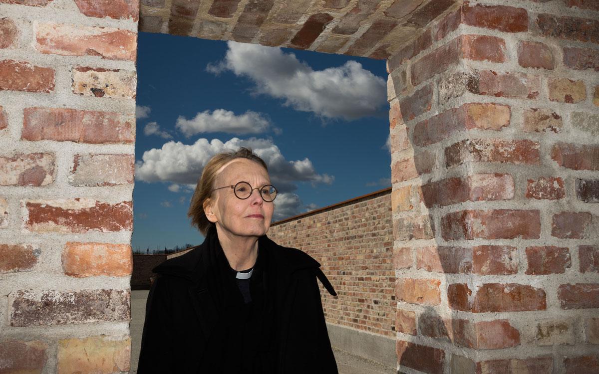Domkyrkokaplan Lena Sjöstrand berättar att det i stadsträdgården kommer att finnas ett bord under tak.