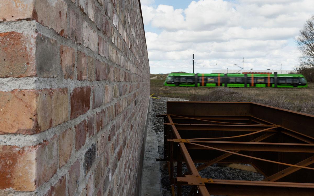 Muren som kommer att ligga bredvid huskropparna är byggd av återanvänt tegel från en industribyggnad.