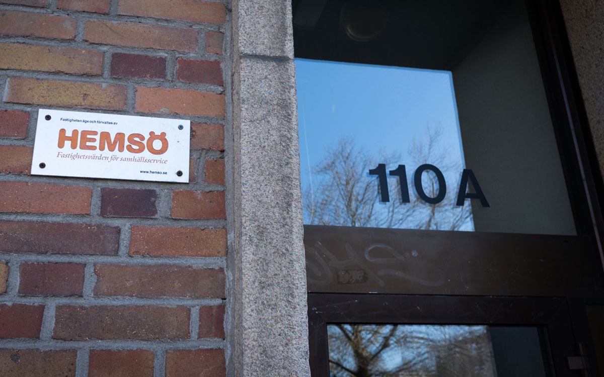 Hemsö-skylt på ingången till Södra Förstadsgatan 110A