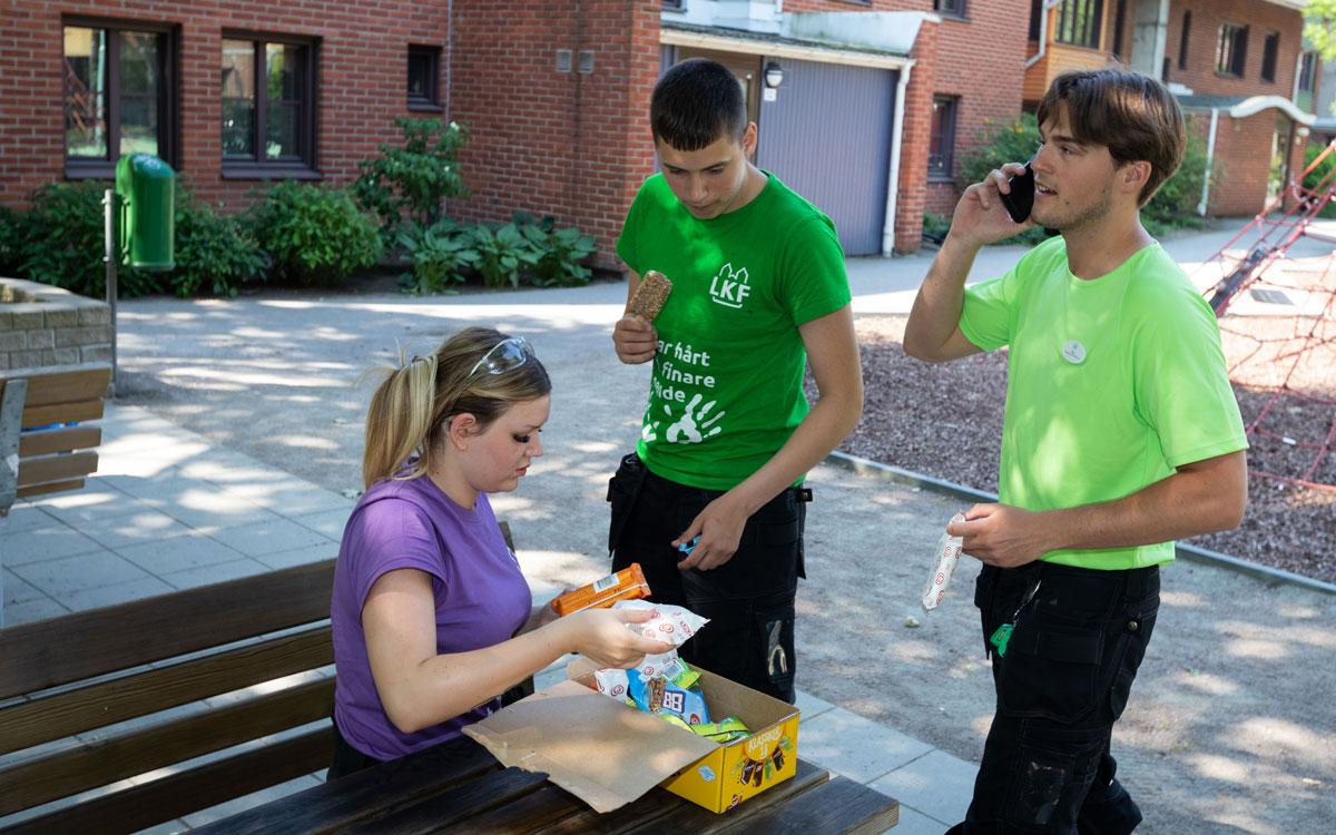 Denna ovanligt varma och soliga dag har arbetsledaren Camango köpt glass till arbetsstyrkan i västra Lund. Han ringer resten av gruppen medan Meja Hölzer och Alen Jusić förser sig.