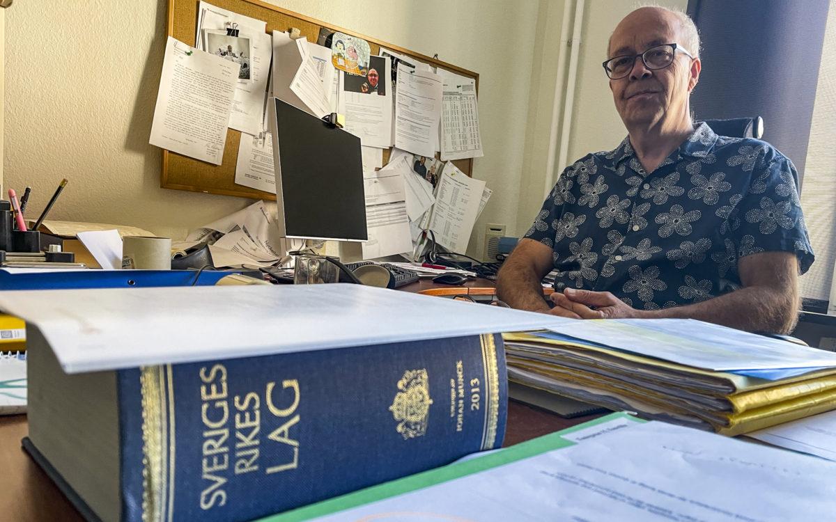 Petter Ek, förhandlare på Hyresgästföreningen, bakom sitt skrivbord.