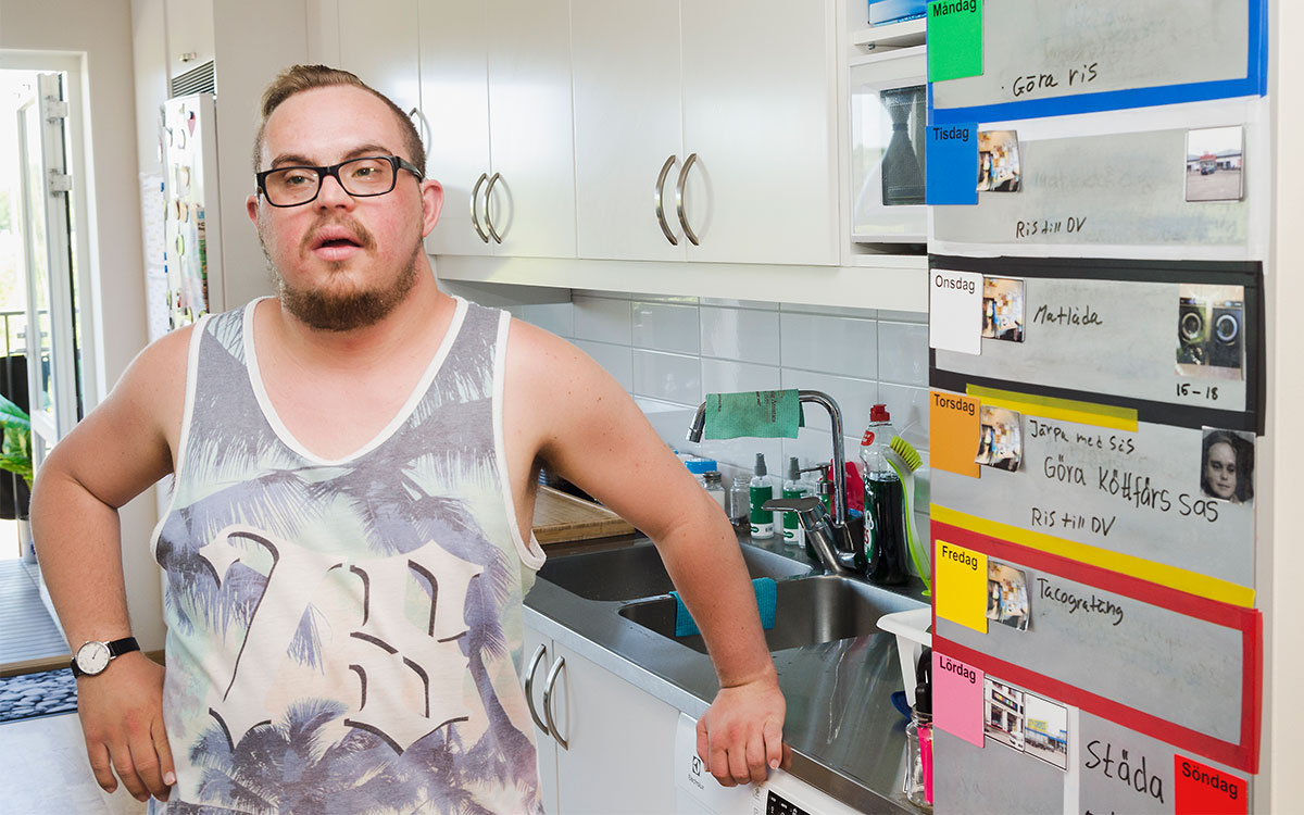Anton står i köket i sin gruppbostad.