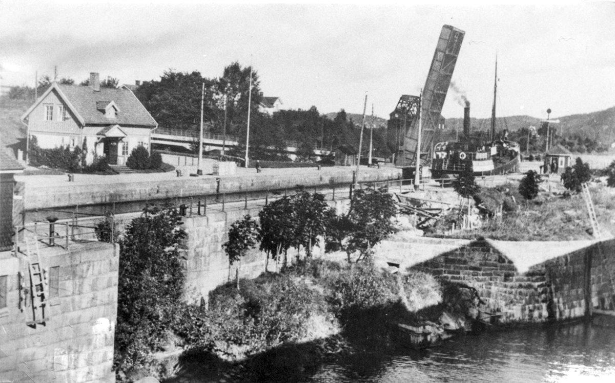 Svartvit bild på slussen för 100 år sedan.