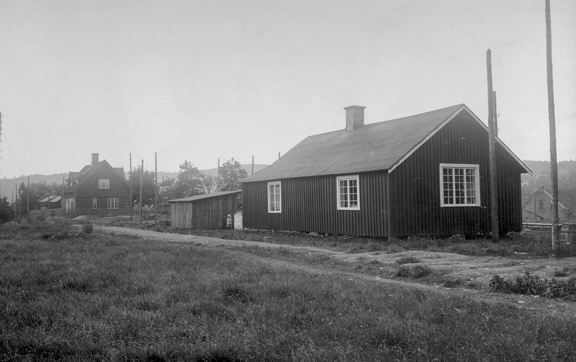 Svartvit gammal bild på kanalinspektörsbostaden samt ett annat hus.