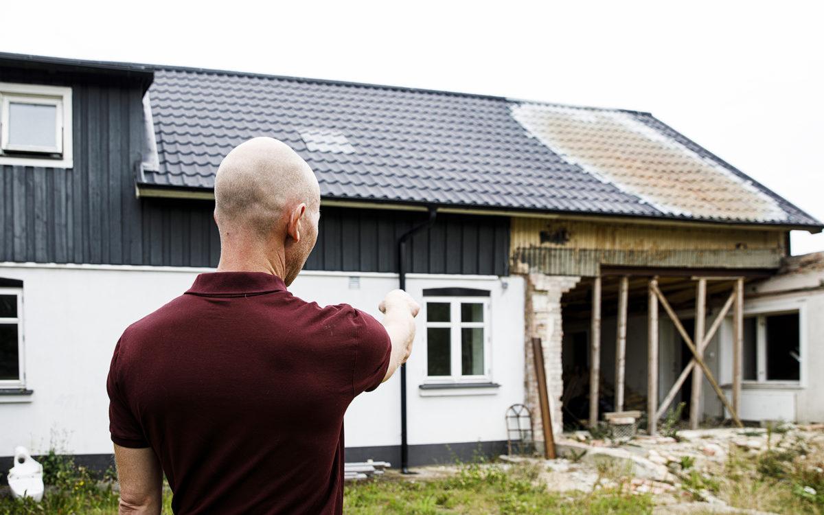 Bjarke Laustsen pekar på skadan efter branden.
