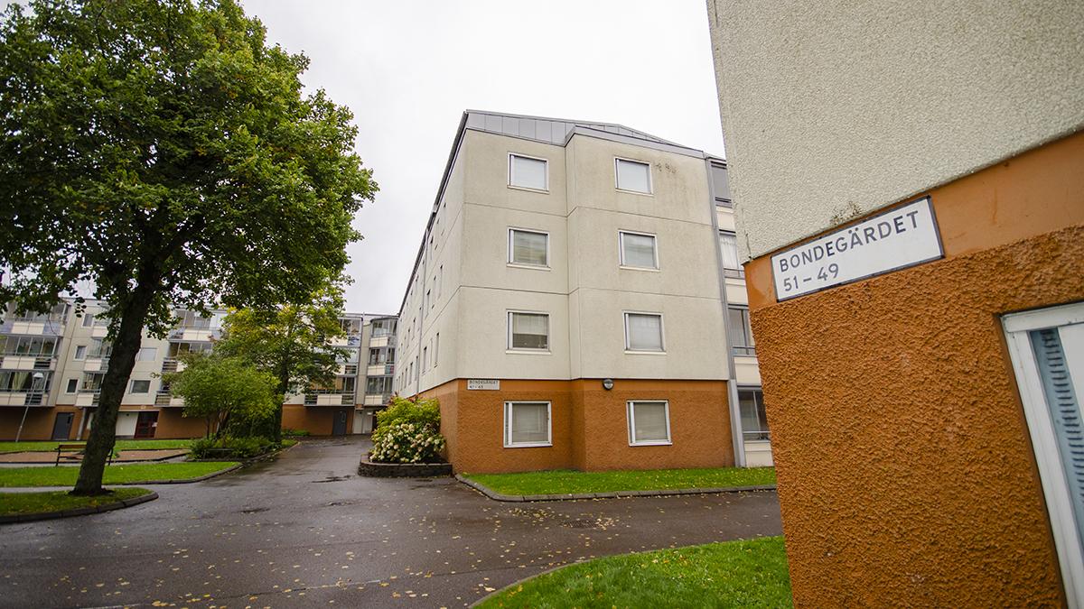 Hittills har erbjudandet om att köpa loss sin lägenhet gått ut till 100 hushåll på Bondegärdet.