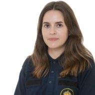 En porträttbild på polisens presstalesperson Diana Qudhaib. Hon har mörkt hår är iklädd uniform.