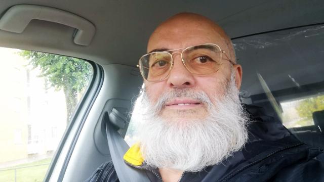 Kamal Meddad har bott i Hjällbo sedan 80-talet och tänker inte flytta därifrån.