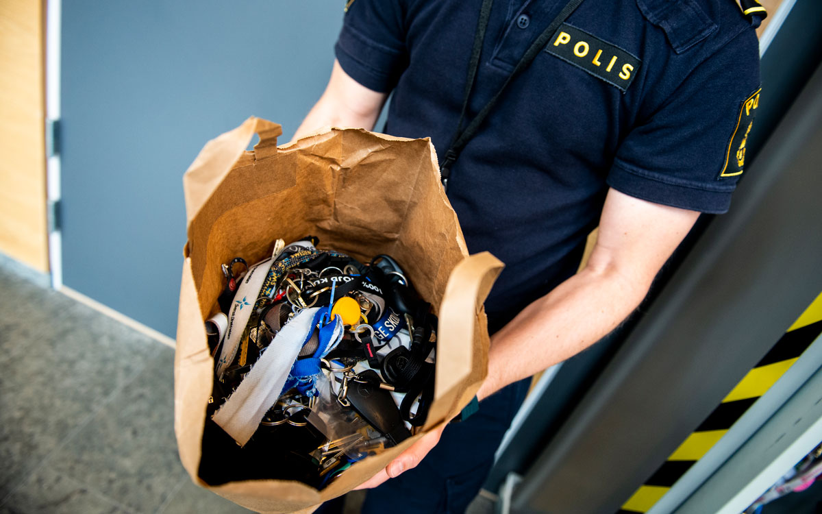 Polis håller i en påse fylld med nycklar som har lämnats in till polisen.
