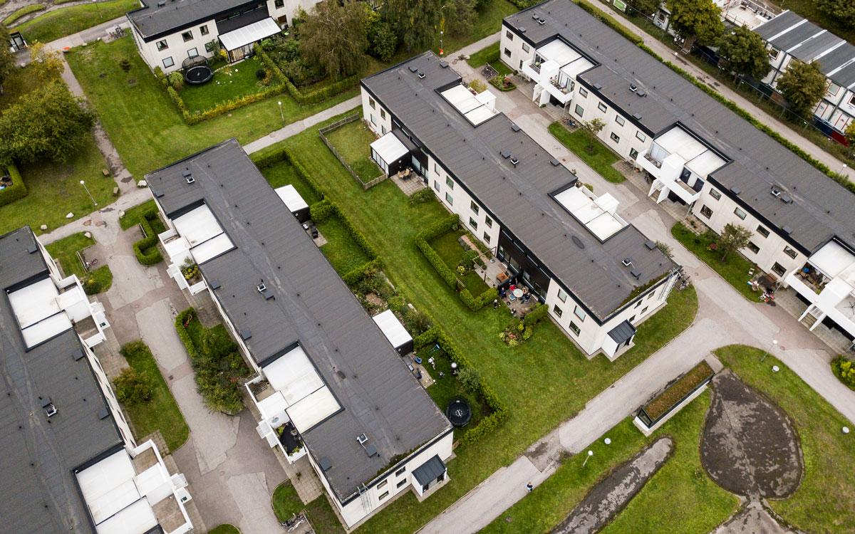 Översiktsbild av de vita två våningshusen på Sankt Hans gränd i Lund.