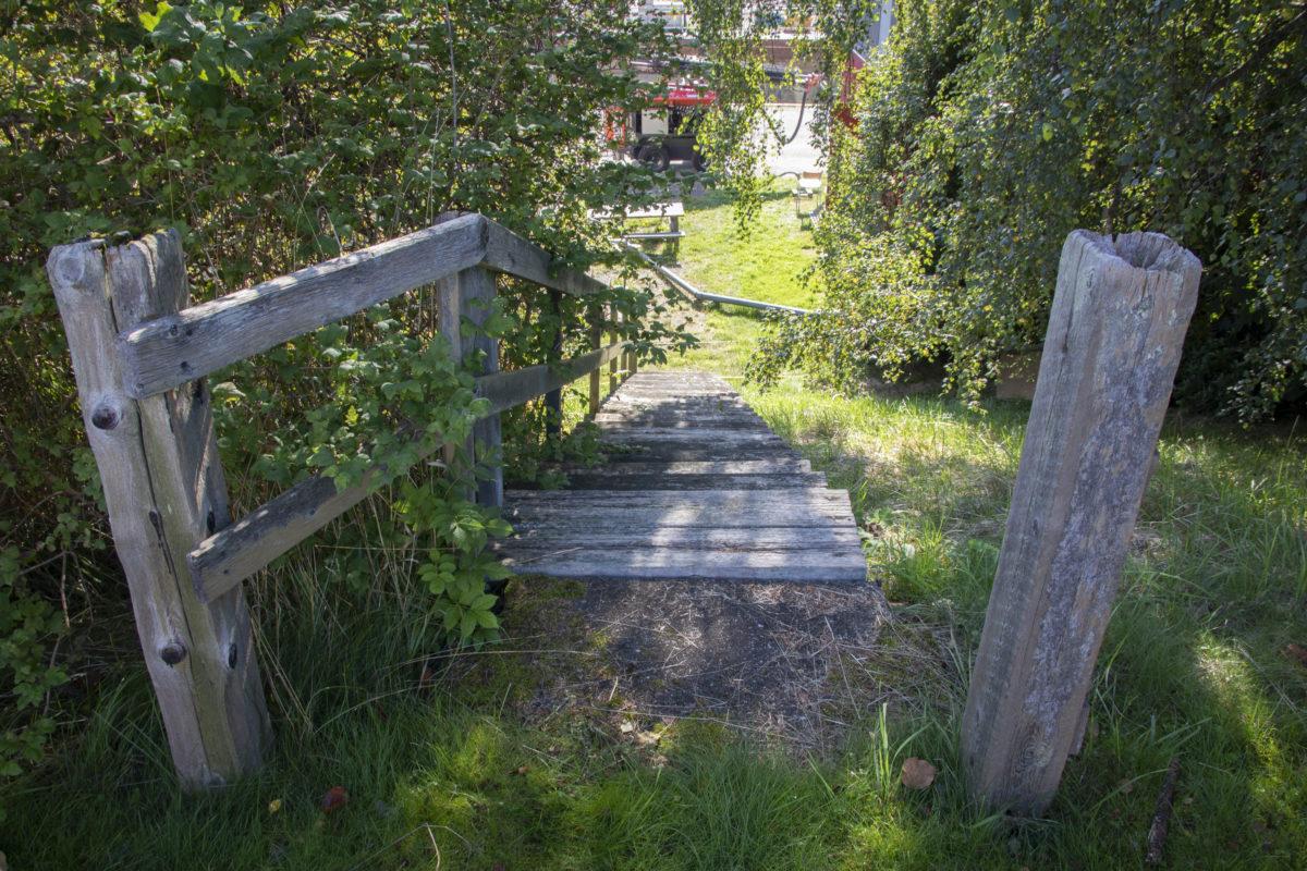 Den gamla trätrappan som leder ner till Lilla Edets sluss.