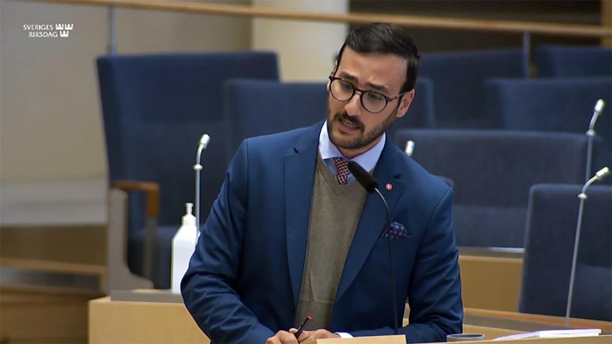 Tony Haddou under debatten i riksdagen. Skärmdump från riksdagens webbsändning.