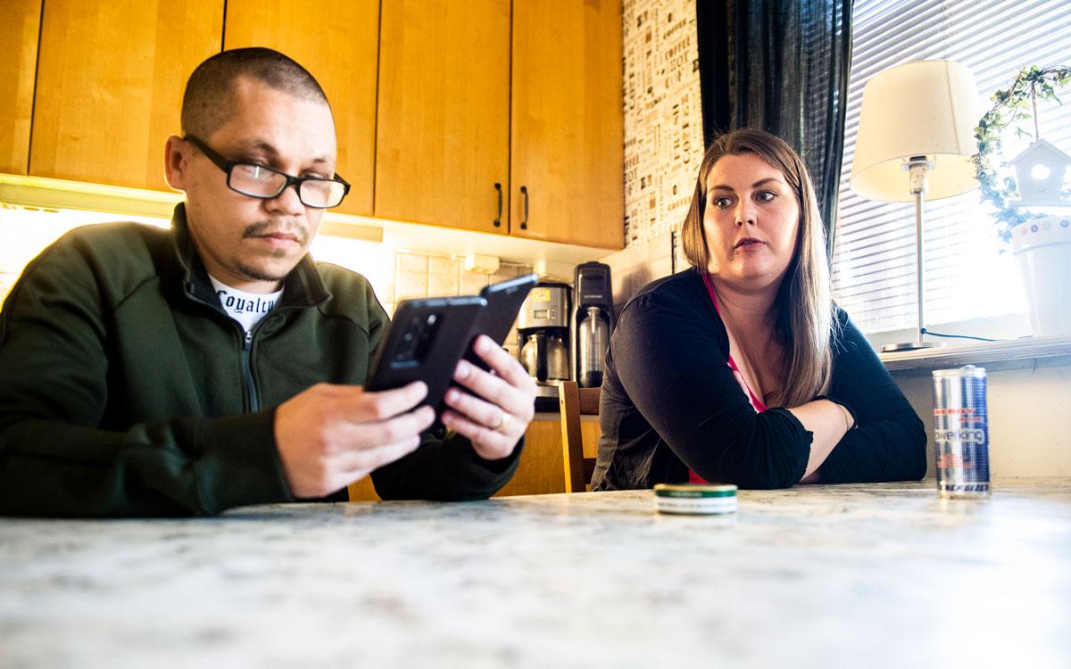 Robin och Louise Wahlgren sitter vid köksbordet hemma i sitt radhus.