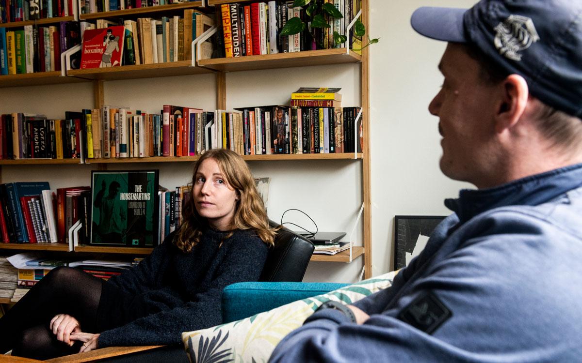 Hyresgästerna Pauline Green och Mattis Nilsson sitter i Mattis vardagsrum.