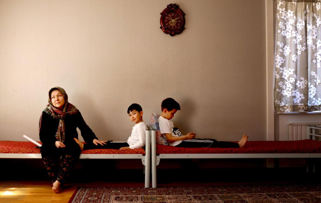 Kvinna och barn i vardagsrum