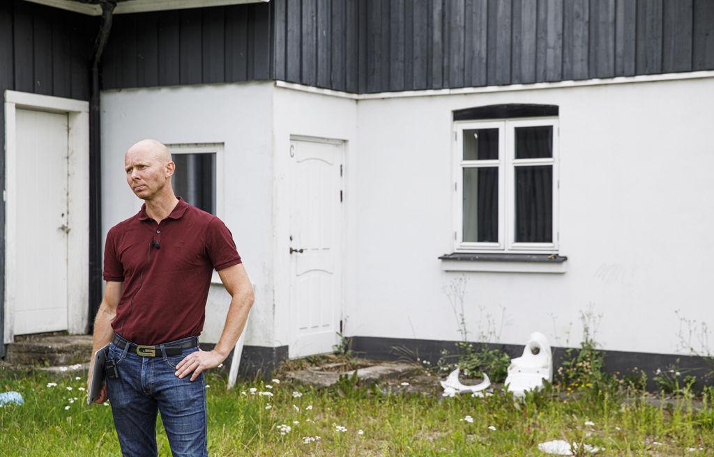 Bjarke Laustsen vid fastigheten i skånska Ekeby.