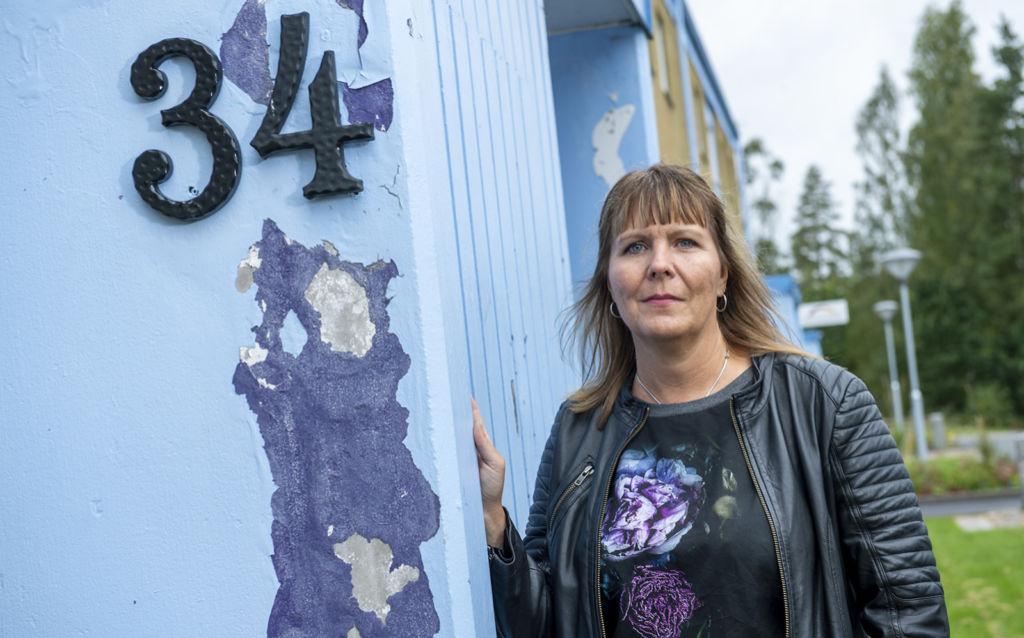 Vd:n Helena Grybäck Svensson vid de slitna bostäderna.